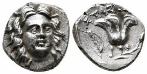 obverse: Caria, Rodi (205-190 a.C.) AR Dracma (16 mm. - 2,73 gr.). D.\: testa di Helios frontale; R.\: Rosa con gemma a destra, ΣTAΣI[ΩN] sopra, mazza a sinistra rivolta verso il basso, P-O sotto. SNG Copenhagen 786-7. qSPL. R1. Moneta molto atrattiva.