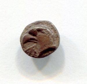 obverse: Aolis, KYME (450-400 a.C.). AR Obolus (7 mm. - 0,46 gr.). D.\: testa di aquila KY. R.\: quadrato incuso quadripartito. BB. R1. Decisamente migliore in mano!