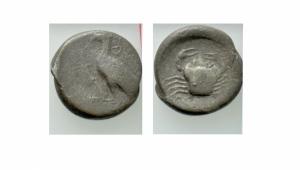 obverse: Sicilia. Akragas / Agrigento (483-473 a.C.). AR Didracma (8,20gr.). D.\: Aquila con ali chiuse a sinistra. R.\: granchio. SNG ANS 939; SNG München 42. MB/qBB. R1