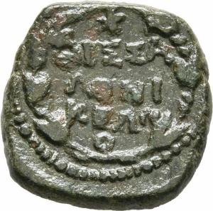 reverse: Augusto (27 a.C. - 14 d. C.). Macedonia, Tessalonica. AE (4,85 gr. - 19 mm.). R.\: ΘЄΣΣA / ΛONI / KЄΩN, in tre righe dentro corona d alloro. RPC I, 1559. MB+. R1.