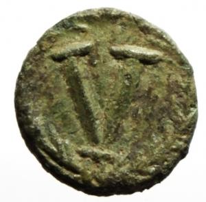 reverse: Bizantini. Giustiniano 527-565 d.C. Pentanummo. Ae. D/ DN IVSTINIANVS PP AVG Busto verso destra. R/ Grande V in corona. Peso 1,43 gr. Diametro 14 mm. BB+. Patina verde. __