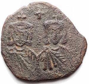obverse: Bizantini. Leo V. 813-820.AE Follis. Siracusa. D/ Busti frontali di Leo e Costantino. R/ AK un globetto nel mezzo sopra una croce. Sear 1635. Peso 5,8 gr. Diametro 25,4 mm.BB.
