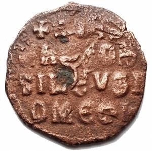 reverse: Bizantini - Costantino VII e Romano I. 920-944. Follis AE (24,9 mm; 4,85 g). Zecca di Costantinopoli. d/ + COnST  bASIL  ROm Busto coronato di Costantino VII con barba corta, loros, akakaia e globo crucifero. r / + COnST / Єn ЄO bA / SILЄV SR / OmЄO n, legenda in 4 righe. SBCV 1761; DOC 26. BB+/BB. Colorazione cuoio. Ribattuto su follis precedente