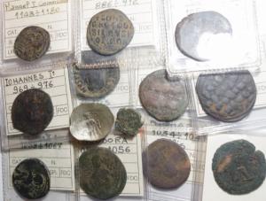 obverse: Lotti. Impero Bizantino.Lotto di 13 monete in Ae, provenienti da vecchia collezione con i cartellini, alcune classificazioni risultano sbagliate, mediamente qBB