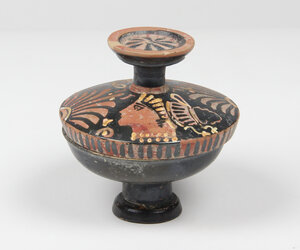 obverse: Apulian red-figure lekanis with female heads (Ladies of Fashion).  4th century BC.  9.5 cm diameter, 10.5 cm height