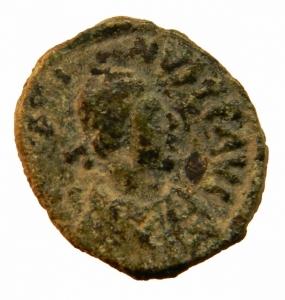 obverse: Bizantini. Giustiniano I. 527-565 d.C. Pentanummo.Roma. AE. D/ DN IVSTINIANVS PP AVG, Busto verso destra. R/ Grande E e croce in corona d  alloro. Sear 309\b. Peso 2,25 gr. Diametro 15,26 mm. BB+.RR