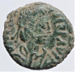 obverse: Bizantini. Giustiniano 527-565 d.C. Pentanummo. D/ DN IVSTINIANVS PP AVG Busto verso destra. R/ Grande V in corona. Peso 1,35 gr. Diametro 13 mm. BB+....
