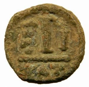 reverse: Bizantini.Maurizio TIberio (582-602) Decanummo, Catania, c. 583-584 d.C.; AE D\D N MVRIC - TIb PP VC, busto corazzato frontale, indossa elmo con pendilia, regge globo crucigero e scudo, Rv. Grande I; a s.,  / N / N / O, X II , in esergo CT. Spahr 3; Anastasi 6; Sear 581.Peso 3,05 gr. Patina verde. BB.=