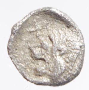 obverse: Mondo Greco. Mysia. Cizico. 480-450 a.C.Emiobolo. Ag. D/ Cinghiale a sinitra, a destra tonno. R/ Testa di leone in quadrato incuso. Sear 3846. Peso 0,35 gr. Diametro 8,00 mm. BB.