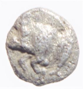 reverse: Mondo Greco. Mysia. Cizico. 480-450 a.C.Emiobolo. Ag. D/ Cinghiale a sinitra, a destra tonno. R/ Testa di leone in quadrato incuso. Sear 3846. Peso 0,35 gr. Diametro 8,00 mm. BB.