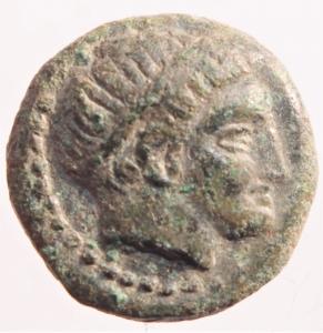 obverse: Mondo Greco. Macedonia. Filippo II. 359-336 a.C. Bronzo. D/ Testa laureata di Apollo verso destra. R/ Il giovane Filippo a cavallo, tra le zampe del cavallo tridente. Peso 5,75 gr. Diametro 18,88 mm. BB.