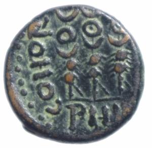 reverse: Impero Romano. Augusto (27 a.C. - 14 d.C.). AE 20 mm. Philippi, Macedonia. D/ VIC AVG. La Vittoria stante a sinistra. R/ COHOR PRAE PHIL. Tre insegne. RPC 1651. gr. 4,75 AE. Patina verde. Bel BB+.