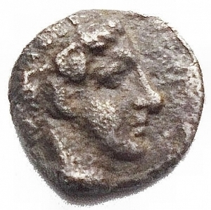 obverse: Mondo Greco -Ionia, Kolophon AR Tetartemorion. Circa 450-410 BC. Laureate head of Apollo right / TE monogram, cicada left; all within incuse square. Milne, Colophon 33; SNG Copenhagen -; SNG Kayhan 359. 0.31g. 7,1mm. Very Fine. Very Rare.