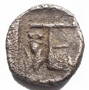 reverse: Mondo Greco -Ionia, Kolophon AR Tetartemorion. Circa 450-410 BC. Laureate head of Apollo right / TE monogram, cicada left; all within incuse square. Milne, Colophon 33; SNG Copenhagen -; SNG Kayhan 359. 0.31g. 7,1mm. Very Fine. Very Rare.