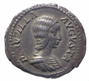 obverse: Impero Romano. Plautilla, moglie di Caracalla, deceduta nel 212 d.C. Denario. AG. D/ PLAVTILLA AVGVSTA. Busto drappeggiato a destra. R/ VENVS VICTRIX. Venere, stante a sinistra, tiene pomo e ramo di palma. Accanto a lei, a destra, uno scudo. Ai suoi piedi Cupido. RIC 369. Peso gr. 3,50. Diametro mm. 20,00. BB+. R.