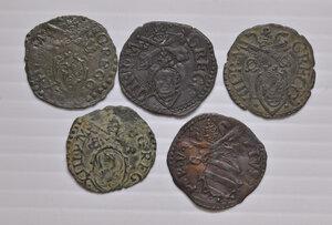 obverse: Fano. Lotto di cinque monete. Pio V (1566-1572). Quattrino MI. Gregorio XIII (1572-1585). Quattrino MI (4). Mediamente buon BB