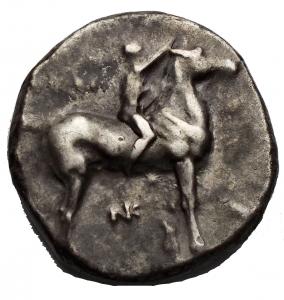 obverse: Varie - Taras. III° Sec. a.C. Nomos. D/ Giovane su cavallo volto verso destra A. R/ Taras su delfino con tridente. Peso 6,5 gr. Diametro 19,03 x 19,58 mm. BB. Patina.