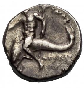 reverse: Varie - Taras. III° Sec. a.C. Nomos. D/ Giovane su cavallo volto verso destra A. R/ Taras su delfino con tridente. Peso 6,5 gr. Diametro 19,03 x 19,58 mm. BB. Patina.