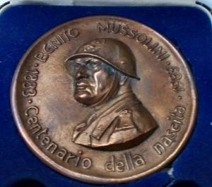 reverse: Medaglie - Dovia di Predappio. 1983 Centenario della nascita. Ae. gr 209,7. mm 77,2