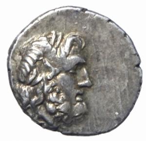 obverse: Mondo Greco. Acaia. Lega Achea. Antigoneia (Mantinea). ca 188-180 a.C. Triobolo. Ag. D\ Testa di Zeus a destra. R/ Monogramma della lega achea, A–N attraversano il campo, EY in corona. Benner 9; BCD Peloponnesos 1492.3; HGC 5, 926. Peso 2,39 gr. Diametro 16,00 mm. BB+. Ex CNG 308, lotto 103.