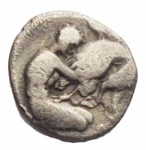 reverse: Mondo Greco - Calabria Taras. 380-228 a.C.Diobolo Ar. D/ Testa elmata di Atena verso destra. R/ Ercole che lotta con il leone Nemeo.Peso 0,94 gr. Diametro 11,07 x 11,96 mm. MB+