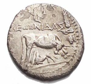 obverse: Mondo Greco -Illyria. Dyrrhachion circa 229-100 BC. ,  (Phaniskos, Leonidas), magistrate and moneyer. Victoriatus AR 19mm., 3,30g. , cow standing right, looking back at suckling calf standing left below, to right, grain ear, and bunch of grapes, above, head of Isis /  --, double stellate pattern divided by line, all in linear square border, all within linear circle border. A. Maier, Die Silberprgung von Apollonia und Dyrrhachion (N. Z. 1908), 368. aVF