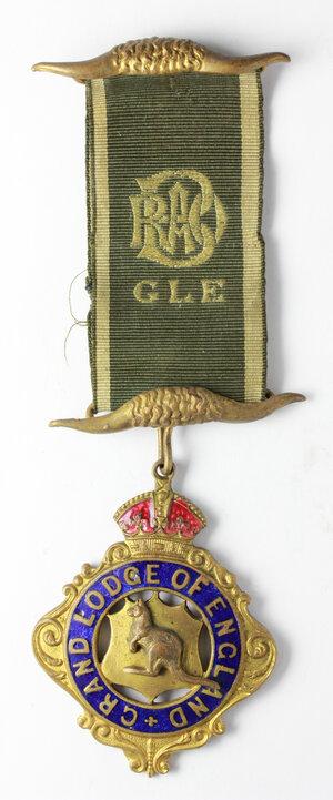 obverse: Massoneria inglese. Royal Antediluvian Order of Baffaloes. Grand Lodge of England.Medaglia con nastrino e fascette con corna di bufalo, assegnata a J. W. Robbins dalla Loggia Ashfield. N° 2536