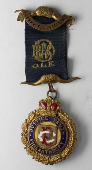 obverse: Massoneria Inglese. Royal Antediluvian Order of Buffaloes. Grand Lodge of England. Medaglia con nastrino e fascette assegnata a W. H. Parker (Raised to 2nd Deg. June 28th 1921) dalla Joseph Tudor Lodge 2868