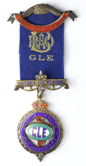 obverse: Massoneria Inglese. Royal Antediluvian Order of Buffaloes. Grand Lodge of England. Medaglia con nastrino e fascette (una a forma di corna di bufalo con cartiglio iscritto CERTIFIED PRIMO) assegnata a E. C. Lumb dalla Victoria Lodge n° 5005, il 31/2/1926