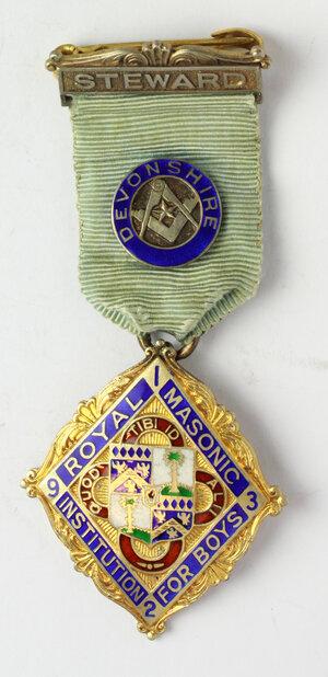 obverse: Massoneria inglese. Royal Masonic Institution for Boys (Devonshire). Medaglia 1932 con nastrino decorato e fascetta STEWARD
