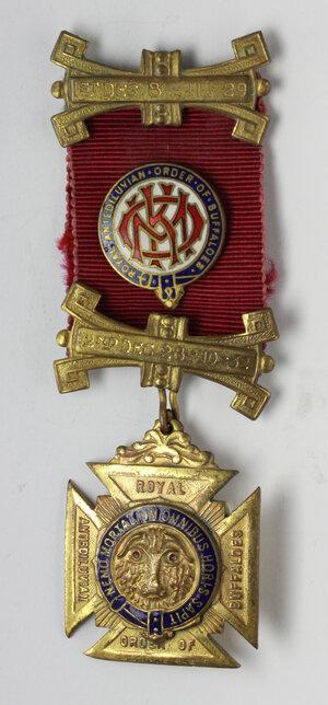 obverse: Massoneria Inglese. Royal Antediluvian Order of Buffaloes. Medaglia con nastrino decorato e fascette (2nd Deg. 8/11/1929 e 4th Deg. 28/10/1932) assegnata ad Arthur E. Barrell. Larkhall Lodge 3193. Exalted 15/11/1946