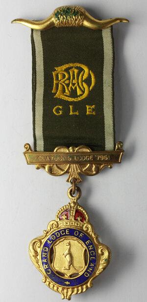 obverse: Massoneria inglese. Royal Antediluvian Order. Grand Lodge of England.Medaglia con nastrino e fascette assegnata a Charles Simmons (initiated 3/2/1956) dalla Claydons Lodge n° 7961