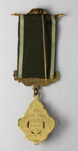 reverse: Massoneria inglese. Royal Antediluvian Order. Grand Lodge of England.Medaglia con nastrino e fascette assegnata a Charles Simmons (initiated 3/2/1956) dalla Claydons Lodge n° 7961