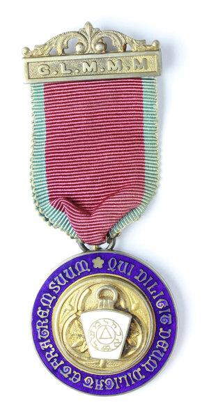 obverse: Massoneria inglese. Grand Lodge of Modern Mixed Masons.Medaglia con nastrino e fascetta assegnata a J. Daniels, STEWARD nel 1963