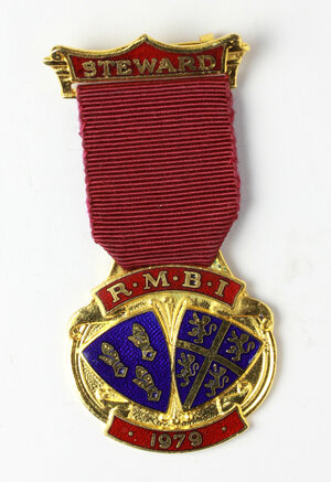 obverse: Massoneria inglese. Royal Masonic Benevolent Institution.Medaglia 1979 con nastrino e fascetta STEWARD