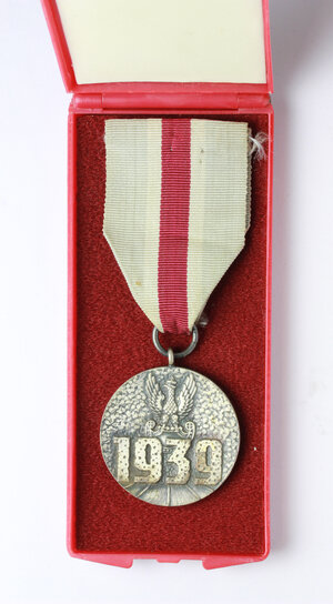 reverse: Poland. Medal with ribbon for attending the defense war in 1939