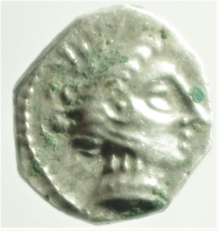 obverse: Mondo Greco. Celti. Gallia Cisalpina. Insubri. III-II Sec. a.C. Dracma, imitazione del tipo massaliota. Ag. D/ Testa di Artemide a destra. R/ Leone stilizzato gradiente a destra. Peso 2,56 gr. Diametro 15,00 mm. BB+.