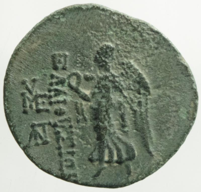 reverse: Mondo Greco.Cilicia. Elaiussa-Sebaste. AE 22. I a.C. (Sng Levante-826).D\ Testa di Zeus a destra R\ EAIOYIN. Nike avanzando a sinistra con corona davanti monogramma. Ae. Peso 5,38 gr 21,4mm.BB.R