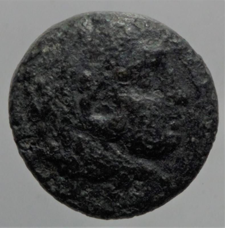 obverse: Mondo Greco. Macedonia. Alessandro Magno. 336-323 a.C. Ae. D/ Testa di Eracle con pelle di leone. R/ Clava arco faretra e elmo. Peso 5,80 gr. Diametro 17,39 mm. qBB.