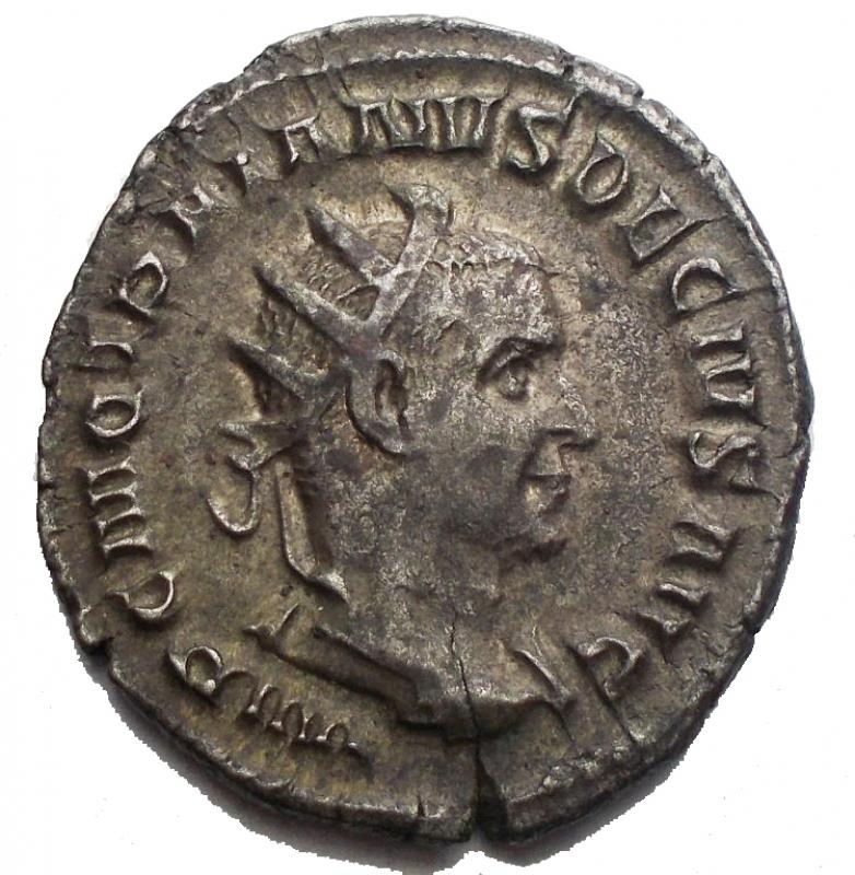 obverse: Impero Romano - Traiano Decio (249-251). Antoniniano. D/ IMP C M Q TRAIANVS DECIVS AVG. Busto radiato, drappeggiato e corazzato a destra. R/ PANNONIAE. Le due Pannonie stanti di fronte, con le teste rivolte in opposte direzioni, tengono ciascuna un insegna. RIC 21 b. AG. g. 3.92 mm. 20.58 x 22,87. SPL+. Intonso. Patina.§
