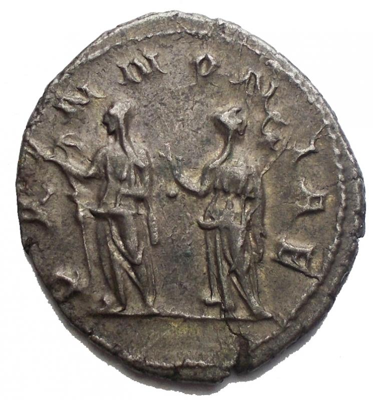 reverse: Impero Romano - Traiano Decio (249-251). Antoniniano. D/ IMP C M Q TRAIANVS DECIVS AVG. Busto radiato, drappeggiato e corazzato a destra. R/ PANNONIAE. Le due Pannonie stanti di fronte, con le teste rivolte in opposte direzioni, tengono ciascuna un insegna. RIC 21 b. AG. g. 3.92 mm. 20.58 x 22,87. SPL+. Intonso. Patina.§