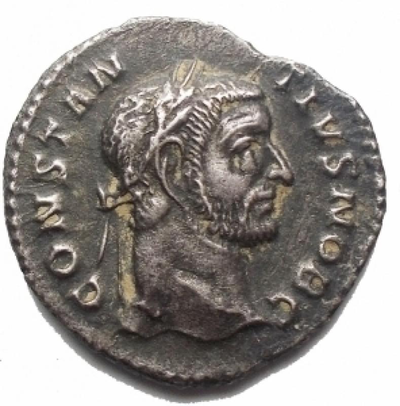 obverse: Impero Romano - Costanzo I. Cloro come Cesare, 293-305 d.C. Argenteo (3,00 g). Ca 294 d.C. Treviri.     d/ CONSTAN TIVS NOB C, testa con corona d alloro a destra r/ VICTORIA SARMAT  I tetrarchi sacrificano sul treppiede di fronte al campo con sei torri. RIC VI 101. BB-qSPL/ BB+. Intonso. RR. §