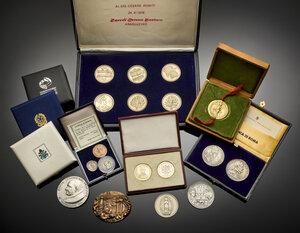 obverse: Miscellanea di riproduzioni di monete di varie epoche tra cui tre monete originali di epoca romana alcune con certificato Bolaffi.