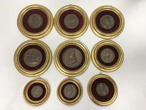 obverse: Nove medaglie in bronzo del XIX secolo riguardanti personaggi storici in eleganti quadretti rotondi con cornice dorata.