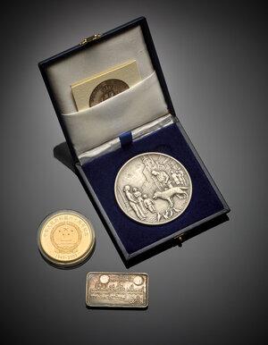obverse: Lotto di due medaglie moderne in metallo e una placchetta in argento.