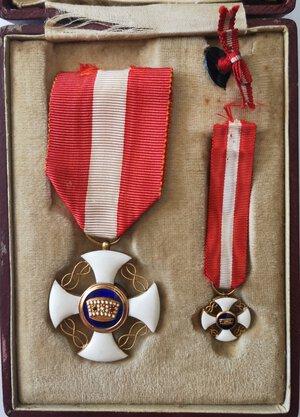 obverse: Medaglie. Vittorio Emanuele III. Coppia di Croci dell Ordine della Corona. Oro e smalti. qFDC. Con nastrino originale.