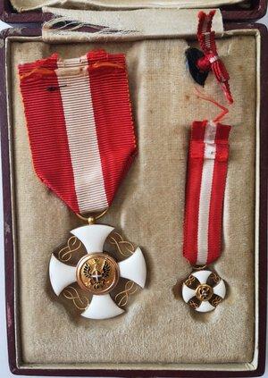 reverse: Medaglie. Vittorio Emanuele III. Coppia di Croci dell Ordine della Corona. Oro e smalti. qFDC. Con nastrino originale.