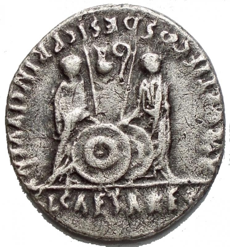reverse: Impero Romano - Augusto. 27 a.C. 14 d.C. Denario. D/ CAESAR AVGVSTVS DIVI F PATER PATRIAE Testa verso destra. R/ AVGVSTI F COS DESIG PRINC IVVENT C, L CAESARES Caio e Lucio dietro due scudi con simpulum e lituus. RIC 208. Peso 3,6 g. Diametro 19,5. BB-qSPL