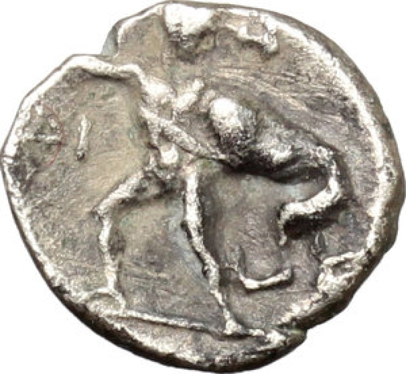 reverse: Mondo Greco - Tarentum. AR Diobol, c. 272-228 BC. D/ Head of Athena left, wearing crested Corinthian helmet. R/ Herakles standing facing, head right, fighting the Nemean lion; club raised overhead about to strike lion; in left field, ΔI. HN Italy-. Vlasto 1414. AR. g. 0.99 mm. 11.00 Rare. A very attractive example, perfectly centred and prettily toned. Good VF.