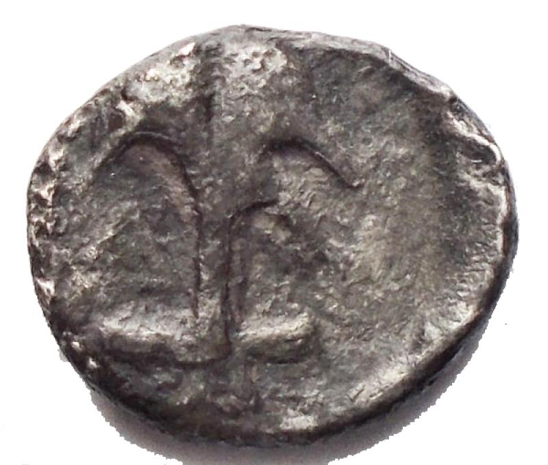 reverse: Mondo Greco - Tracia. Apollonia Pontica. Diobolo Ag. 4° Sec aC. d/ Testa di Medusa frontale r/ Ancora rovesciata. gr 1,01. mm 10,9 x 9,5. MB+. Patina. Raro